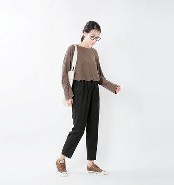 肌馴染みのよいブラウンカラーはどんな人にも似合う万能スニーカー。さらに洋服のテイストに関係なく様々な着こなしにも馴染んでくれるので、一足持っておくととっても便利!
