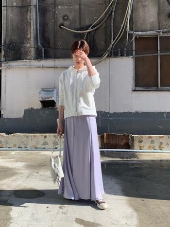 スカートにもパープルをチョイスれば、美しくささやかなグラデーションが完成。ボトムスとスニーカーの色を合わせることで、足長効果も期待できますよ。