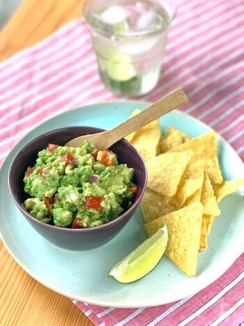 アボカドディップといえば、まずはメキシコ料理のワカモレですね。本場のものは、トマトや玉ねぎ、ライム果汁、パクチーなどが入っているようです。