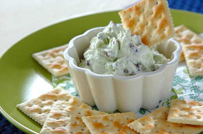 塩ヨーグルトを使うことで、まるで生クリーム入りのような濃厚なコクがプラス。アボカドは、ざく切りにすることで食感を楽しむこともできます。
