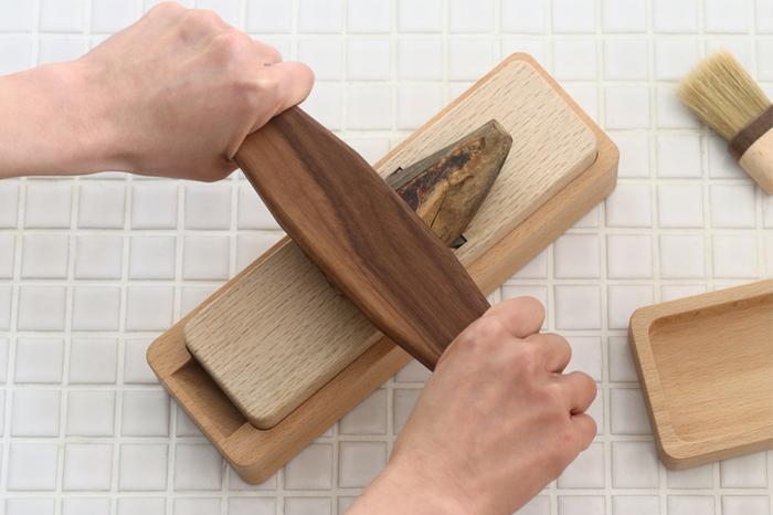 小さくなった鰹節を削る時、手を切りそうで怖い...そんな不安を取り除いてくれるアイテムです。おさえ木の両端が細くなっていて、持ちやすいつくり。鰹節を余すところなく使い切れますね。