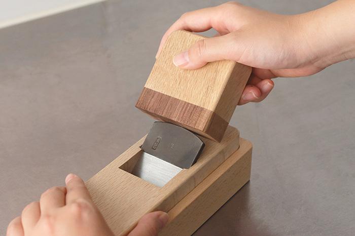 使っていくうちに、刃の調整が必要になったらかまぼこ木づちの出番。手にフィットするサイズで、調整がしやすいですよ。鉋台の裏から刃を叩いて表面に出すと、削りやすさが復活します。