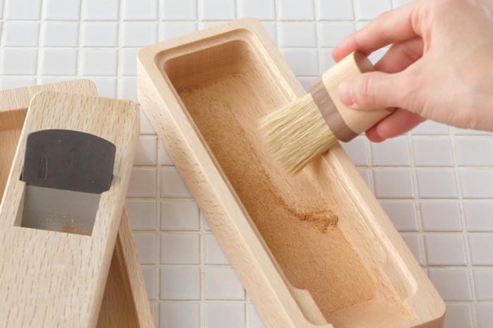 鰹節削り器は水洗いNGなので、かつばこブラシでお手入れしましょう。豚毛でできたブラシは、箱に残った粉を綺麗にかき出せます。