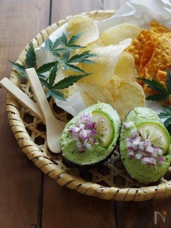 青柚子と豆腐を使って和風に仕上げたアボカドディップ。青柚子の季節以外には、柚子や瓶入りの柚子果汁などでもOK。ご飯にも合いますので、手巻き寿司のアクセントになるようです。