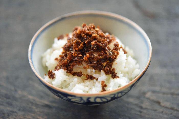 出汁をとった後の鰹節も、美味しく再利用できますよ。数回分の出汁殻を冷凍し、まとめて作るのがおすすめです。ざるに広げて乾燥させたら、フライパンで粉々になるまで水分を飛ばします。調味料を加えて煮詰めれば出来上がり。甘辛味で、ご飯がどんどん進みます!