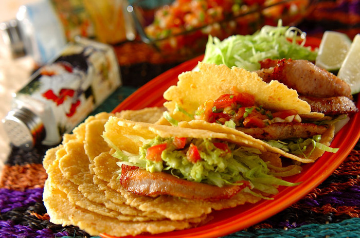 アボカドディップを使った代表的な料理といえば、やはりメキシコのタコスですね。トルティーヤに肉や野菜などを挟み、ワカモレをかけて食べます。こちらは自家製の生地ですが、もちろん市販のものでもOK。
