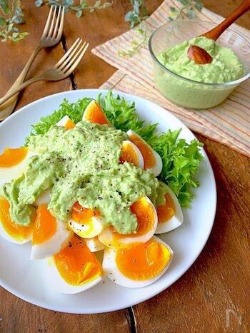 牛乳やパルメザンチーズを加えてなめらかに仕上げたアボカドディップ。半熟卵や野菜サラダにかけるのも、色がきれいでバランスもいいですね。