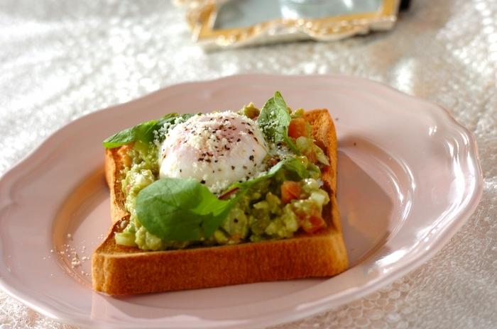 パンにつけると美味しいアボカドディップを、トーストで楽しむのもいいアイデア。温泉卵が欠かせないポイント。卵黄とアボカドのコントラストが美しい絶品トーストです。