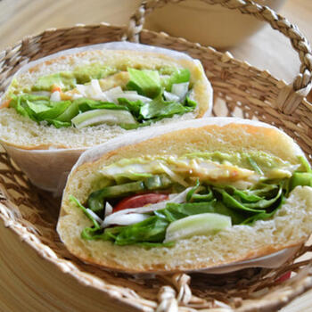 アボカドディップは、サンドイッチにもおすすめ。こちらは、冷凍したアボカドペースト(ディップ)を使っていますので、時間がないときにもラクチン。断面も美しいですね。
