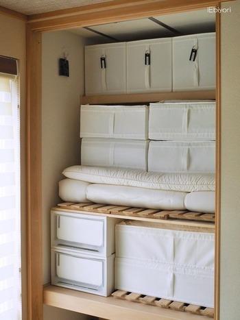 IKEAのSKUBBシリーズで押し入れをすっきりまとめられている例です。 収納ケースやボックスを統一すると、収納力もアップし出し入れしやすくなります。 見た目も美しいので、襖を取り払って使うのも良いですね。