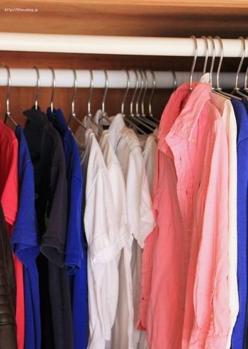 突っ張り棒を2本使うとさらに収納力アップ。押し入れは奥行きがあるので、前後に服を掛けても余裕。 この収納方法のメリットは衣替えが前後入れ替えるだけで済むこと。 手持ちの服の容量も把握しやすく衣替えも楽になる、とても良いアイデアではないでしょうか。