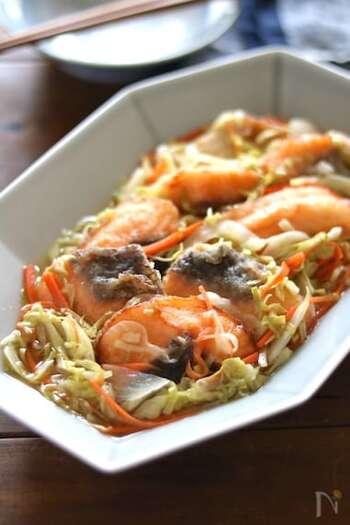鮭と一緒にお野菜もたっぷり食べられる、バランスの良い一皿。鮭だけではなく、タラやアジでも美味しいので、手に入りやすいお魚でチャレンジしてみてくださいね。