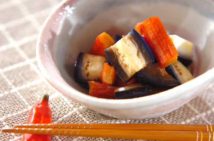 あと一品欲しい時におすすめの「茄子のお漬物和え」。甘酢とゴマ油を使って中華風に仕上げた簡単おかずです。茄子のお漬物はしっかりと味がついているので、さっと和えるだけでも味が決まります。おつまみとしても最適ですよ。