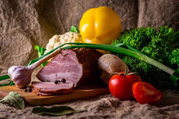 ほとんどのご家庭で、きっと一番メイン料理として食卓に並ぶことが多いお肉料理。お好みもあると思いますが、鶏肉、豚肉、牛肉を上手に使って一週間の献立のバランスを取りたいですね。もちろんスーパーでお得だったお肉で献立を考えても◎。