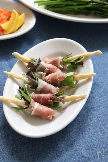 グリッシーニを軸にしてルッコラや水菜を束ね、生ハムで巻いたおしゃれ前菜。こちらのレシピでは自家製のグリッシーニを使っていますが、時間がないなら市販のものを使うと簡単ですね。