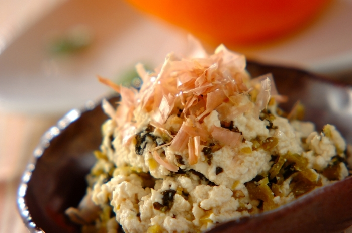 フォークで混ぜる「高菜の白和え」。具材は高菜だけと至ってシンプルです。白和えは、水っぽくなったり味付けが少し苦手に感じる人もいるかもしれませんが、このレシピなら大丈夫!調味料は全部同量、豆腐も事前にレンジでチンしておくだけで準備OKで、あとは混ぜ合わせるだけ。メインにも負けないやみつきになる味わいに仕上がりますよ。
