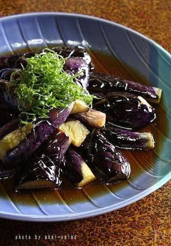 揚げ茄子を、ポン酢に浸して大葉をたっぷり。揚げていてもさっぱり。冷たくひやしても美味しい一品です。