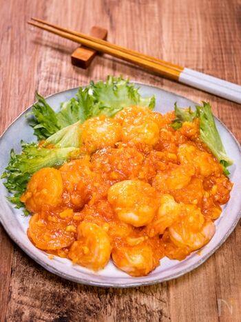 お家ではムリと諦めていた本格的なエビチリが、簡単に作れるレシピ。実はトマトが使われているんです。辛さも調節できるので、お子様がいらっしゃるご家庭では辛みを控えて使ってみてくださいね。