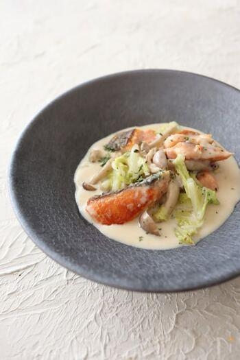 どうしても塩焼きが増えてしまい朝ごはんのイメージが強い鮭ですが、クリーム煮にすると立派なおかずに。白菜を入れることで思ったよりさっぱり仕上がりますよ♪