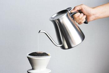コーヒーウェアを多く手掛けるKINTOのプルオーバーケトルは底に繋ぎ目がなく汚れが溜まりにくい歪みのない優美なボディ。  蓋は片手で楽に開閉できるフラップ式。使う人のことを考え尽くされたケトルは他にないのではないでしょうか。