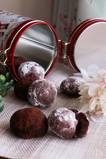 ココアをたっぷり練り込んだ生地にチョコチップも加えたチョコ好きにはたまらないスノーボールです。お好みでナッツやオレンジピールなどを加えると、少し大人向けの味に。 最後にまぶす粉糖の量を少なめにすれば、簡単に苦味のバランスも調節できます。