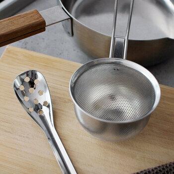 味噌汁を作る時に使う味噌こし。「家事問屋」の味噌こしは網ではなくパンチングされている珍しいタイプ。  網タイプは何度も洗っているうちに破けてくることもありますが、ステンレスに穴を開けたパンチングタイプは破れることはありません。