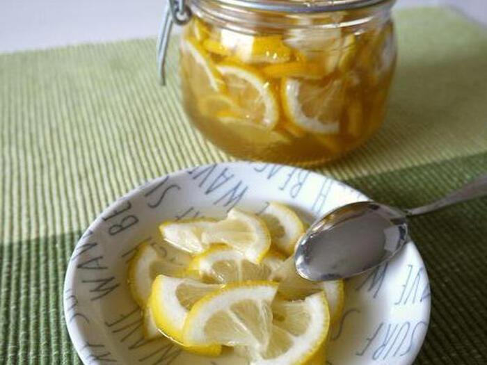 はちみつでレモン酢を作る場合、レモンをいちょう切りにすると良いそうです。りんご酢とはちみつを使ったレモン酢はお湯やソーダで割ってドリンクにすると美味しいですよ。