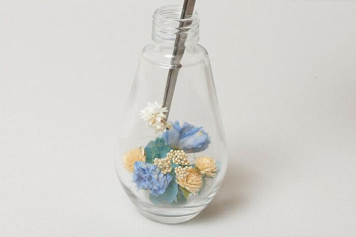 瓶の中に入るとお花の印象は変わりますが、入れたいお花を選んだらまずは瓶の外でイメージを膨らませたいですね。また雑誌やSNSをチェックして、こんな風に作りたい!と思うお見本を見つけるのも◎。