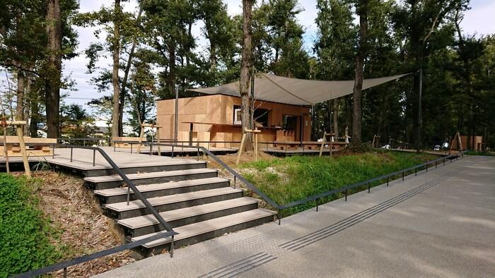 武蔵野樹林パークにあるウッドデッキが特徴的な「武蔵野樹林カフェ」。角川武蔵野ミュージアム同様、隈研吾氏が設計したおしゃれなお店で、ひと息つきましょう。