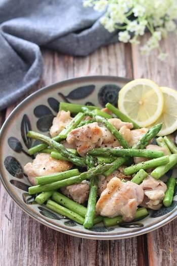ジューシーな鶏もも肉の旨味をたっぷりと吸ったアスパラガスに、思わず舌鼓!シンプルな味付けだからこそ、素材のおいしさを存分に味わえる一品です。アスパラガスは炒める前に一度、レンジで加熱しておくと時短になりますよ。