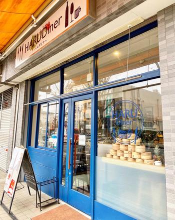 「HARU Diner(ハル ダイナー)」は青いドアが目印のおしゃれなお店。新所沢駅から徒歩2~3分の場所にあり、白を基調としたインテリアが爽やかです。