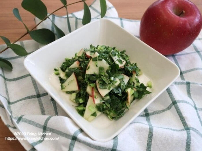 *画像/甘みを感じる「ハニーケール」とリンゴを使ったサラダ。