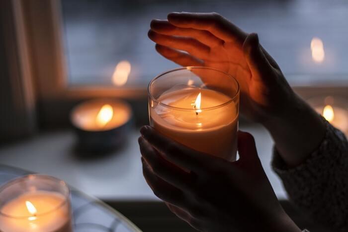 忙しい毎日の中で、ほっとくつろげる空間と時間を与えてくれる素晴らしいアイテムがキャンドルです。ゆらゆらと揺れるキャンドルの灯を眺めているだけで、心が落ち着いて癒されていきます。なんだか疲れているなという時は、日常の時間の中にキャンドルタイムを取り入れてみましょう。