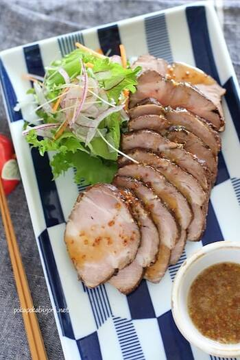豚肩ロースのかたまり肉を紅茶で煮込んで、調味料に漬けるだけ。紅茶の効果で臭みが取れ、柔らかくさっぱりと仕上がります。そのままでも美味しですが、ハニーマスタードソースで味の変化を楽しんで。