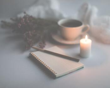 1日を振り返る、日記を書く時間にもおすすめです。キャンドルの光で心が落ち着いている状態で、1文字1文字丁寧に書き綴ってみましょう。自然と集中でき、瞑想に近いような心地良さを堪能できます。