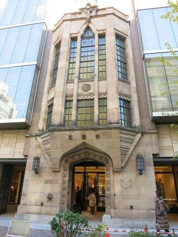 """銀座の歴史を語るうえで外せないのが、銀座駅から歩いて2~3分のところにある「交詢ビル」です。竣工は1880年のこと。日本初の""""紳士のための社交倶楽部""""として福沢諭吉をはじめとする慶応義塾社のOBが設立しました。設計は、明治から昭和にかけて多くのオフィスビルを手がけた横河工務所。  実は、現在の建物は3代目なんです。1923年に関東大震災によって全壊し、1929年に再建されましたが、老朽化のために2002年解体。その後2004年に、歴史ある外観と先進的な店舗との融合が銀座らしい建物にリニューアルされました。"""