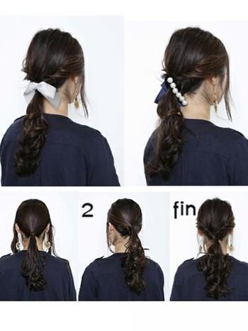 低めの位置で一つ結びにしたところに、もう一組の一つ結びを逆りんぱして、ひとつにまとめた一つ結びスタイルです。  ・HOWTO(このアレンジの作り方) まずは髪全体をコテなどで、ゆるく巻いてクセ付け。サイドの髪を残し、低めの位置で一つに結びます。顔周りの毛をすこしだけ取り、残したサイドの髪を先に結んだ結び目の上あたりで一つに結び、逆りんぱ。普通のくるりんぱは、上から毛束を通しますが、逆りんぱは、下から毛束を通します。バレッタやリボンなどのヘアアクセで一つにまとめ、完成。  ・ワンポイントアドバイス 顔周りの毛にはワックスをつけてツヤ感を。毛先が乱れると疲れたおばさんぽく見えてしまいます。  いつものくるりんぱとはすこし違った表情が出る逆りんぱ。後れ毛がない方がすっきり整った印象に。ヘアアクセ次第で、カジュアルコーデにもきちんとコーデにも使える重宝ヘアスタイルです。