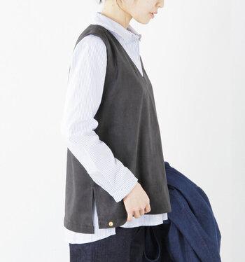 シンプルなシャツに重ねるだけで、ぐっと大人っぽくサマになるのがレザーのベスト。 着るだけで、いつものコーディネートをハンサムかつ知的にアップデートしてくれる、存在感たっぷりのアイテムです。ややゆったりとしたサイズ感のものを選ぶと、スカートにもパンツにも合わせやすくなりますよ!