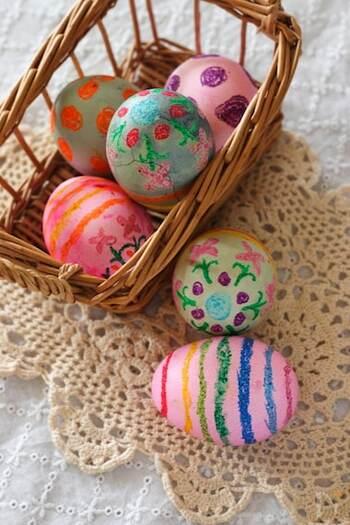 卵の殻の慎重な取り扱いに自信がない方には、こちらのレシピがおすすめ。 固ゆでしたゆで卵に、食紅とクレヨンで色を付けます。 日持ちはしないので、イースター当日のパーティーメニューとしておすすめです。