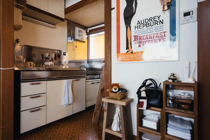 キッチン前には、小さめの棚並んでいます。狭い場所には、奥行きがない棚を選べばスペースも確保できますね。