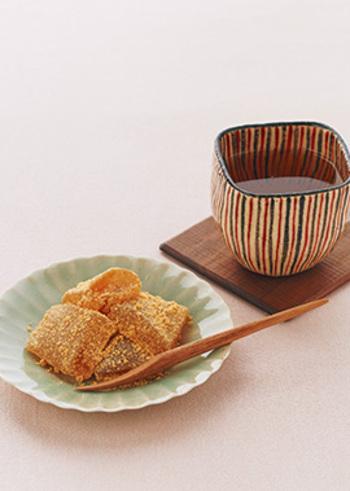 わらびもち粉に、水の代わりにほうじ茶を加えることで風味豊かな和スイーツに。まぶしたきなこ粉の香ばしさともマッチしします。お好みで黒蜜をかけても◎
