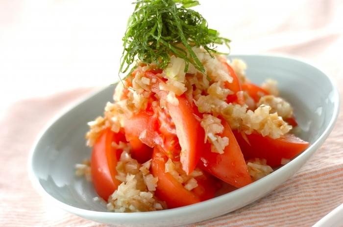 ザーサイとゴマ油で味付けしたネギソースをかけた、中華風トマトサラダ。お酒のおつまみにもなるパンチの効いた味です。