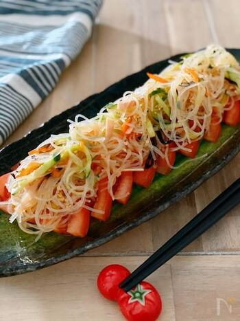 サッパリ中華春雨サラダを冷やしトマトにのせたお手軽な一品。春雨サラダが余った翌日につくれるアレンジレシピです。
