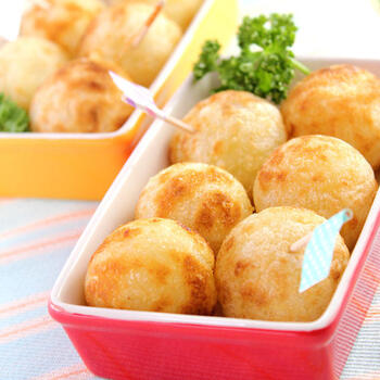 もちもちのいも餅にチーズを入れて美味しさ倍増。たこ焼き器でまんまるボールにすると、お弁当にかわいらしいアクセントを添えられますね。
