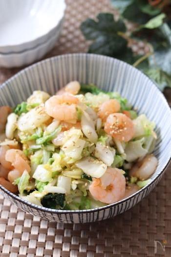 むき海老のプリプリ感がおいしいサラダ。たれにオイスターソースを入れるのが旨味アップのポイントです。
