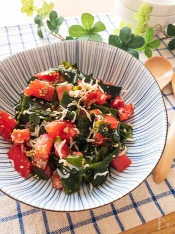 わかめ&しらすの入ったさっぱり味の海鮮サラダ。脂っこいお料理の副菜にもぴったりです。