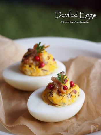 イースターの定番と言えば、デビルドエッグ。固ゆでしたゆで卵の黄身を取り出して味付けし、白身に戻します。 黄身をスパイスで味つけすることから、「濃い味付けの」という意味も含まれる「devil(デビル)」が名前に入っているという説もあります。