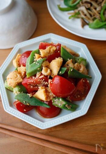 トマトとオクラ、卵の、赤緑黄の3色が入ったカラフルなサラダ。テーブルがパッと華やかになります。