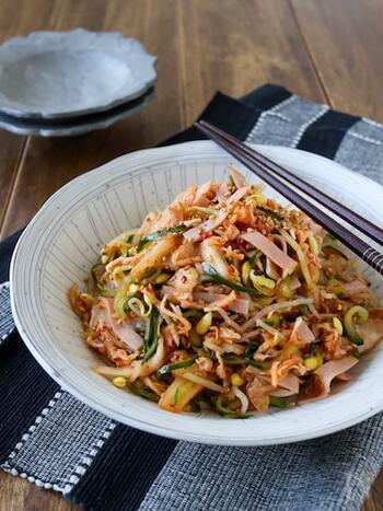 キムチが入った食べ応え満点のサラダ。切干大根も入って旨味もたっぷり。ピリ辛味でお箸がすすみます。