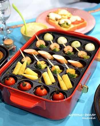 たこ焼き器の使い道としてはもうメジャーともいえるアヒージョ。焼穴にオリーブオイルとガーリック、アンチョビを入れ、食材を並べてぐつぐつ。ワインを片手にぜひ。